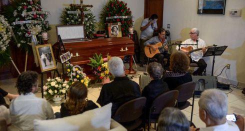 Familiares y artistas presentes en el homenaje a la poeta Claribel Alegría realizado anoche en Sierras de Paz. LA PRENSA/WILMER LÓPEZ