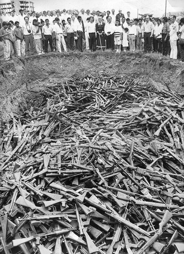 Parte de las armas que entregó la Contra durante el desarme y desarticulación de 1990 fueron enterradas en el Parque de La Paz, en Managua. En la imagen, se ve a la presidenta Violeta Barrios durante el acto donde se enterraron las armas. Esta foto fue tomada el 28 de septiembre de 1990. LA PRENSA / Archivo