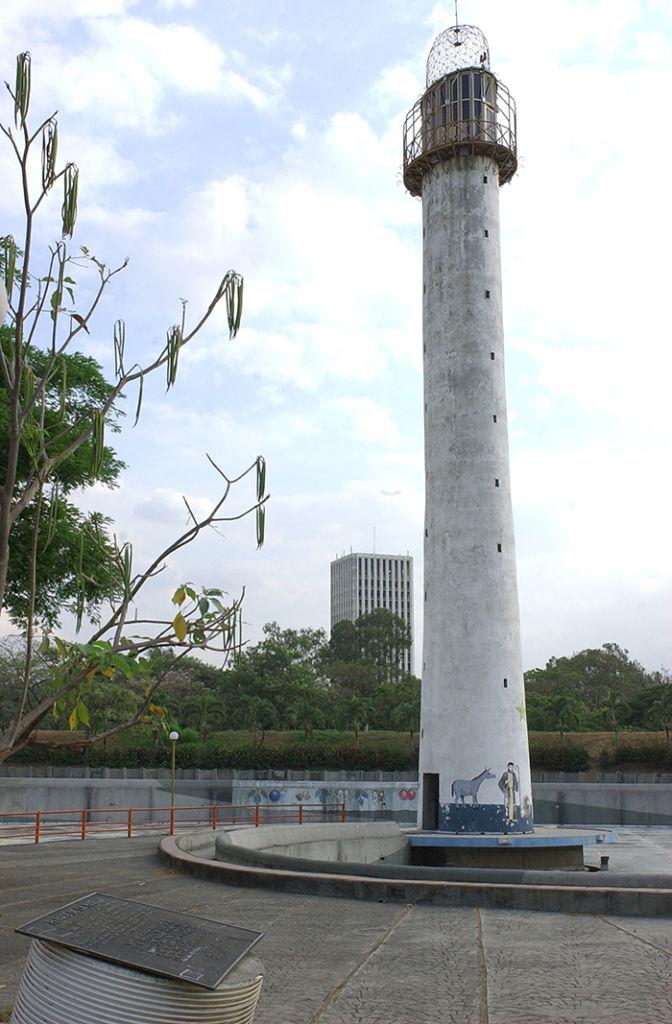 A la par del sitio donde se enterraron las armas, en el Parque de la Paz, se construyó un faro que durante años se conoció como el Faro de la Paz. Este fue demolido en el 2014 por el gobierno de Daniel Ortega, cuando se amplió el parque Luis Alfonso Velásquez Flores. LA PRENSA/ ARCHIVO