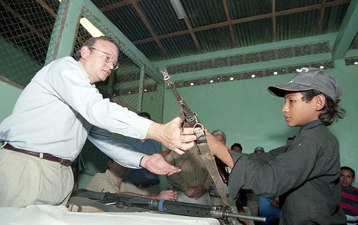 El desarme duró casi una década, pues los miembros de la Contra se negaban a entregar las armas porque el Gobierno no cumplía con los acuerdos. Entonces se crearon grupos armados que se hacían llamar los Recontras. También se crearon los Recompas, cuando los rearmados eran exsoldados sandinistas inconformes y los Revueltos, cuando los grupos eran integrados por exmiembros de ambos bandos. Esta fotografía fue capturada el 21 de junio de 1997, cuando un grupo de rearmados que estaban bajo el mando del Comandante Chispa entregaban sus armas en zona de El Ayote.