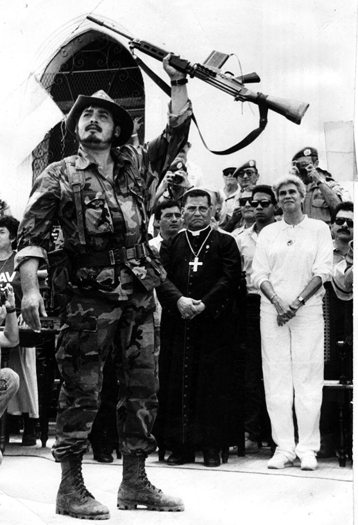 Momento en que el jefe del estado mayor de la Resistencia Nicaragüense, Israel Galeano Cornejo, conocido como el Comandante Franklin, entrega sus armas en el atrio de una iglesia en San Pedro de Lóvago, Chontales. Este acto marcó el inicio del desarme de la Contra en Nicaragua. LA PRENSA/ ARCHIVO.