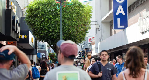 Personas caminando en la Avenida Central de San José, capital de Costa Rica. LA PRENSA / iStock Photos.