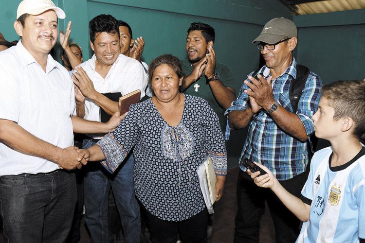 Medardo Mairena y Francisca Ramírez, líderes del movimiento campesino anticanal, celebran acuerdos de respeto mutuo y se comprometen a fortalecer más la lucha contra el megaproyecto del régimen de Daniel Ortega. LA PRENSA/C. VALLE