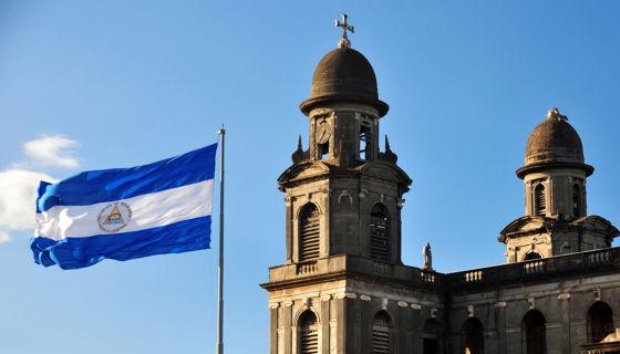 La bandera de Nicaragua en la Plaza de la República, junto a la antigua Catedral de Managua. LA PRENSA / iStock Photos.
