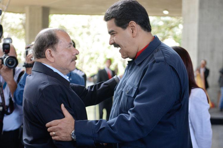 Daniel Ortega habla con el presidente venezolano, Nicolás Maduro, a su llegada a la conmemoración del tercer aniversario de la muerte del fallecido presidente venezolano Hugo Chávez. LA PRENSA/ AFP / FEDERICO PARRA