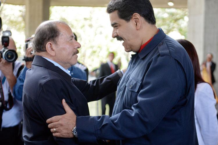 Daniel Ortega (i) saluda a Nicolás Maduro (d). LA PRENSA / Archivo.
