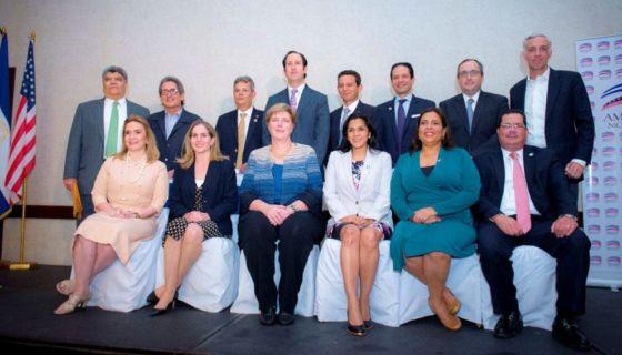 Los miembros de la nueva junta directiva de la Cámara de Comercio Americana de Nicaragua (Amcham)m junto a la embajadora Laura Dogu. LA PRENSA/CARLOS VALLE.