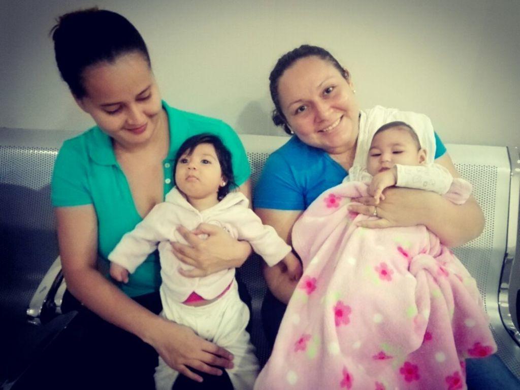 Marianela Caldera y Maryuri Flores se conocieron en un grupo de ayuda en Facebook para las madres que tuvieron hijos con microcefalia a causa del zika. LA PRENSA/ CORTESÍA