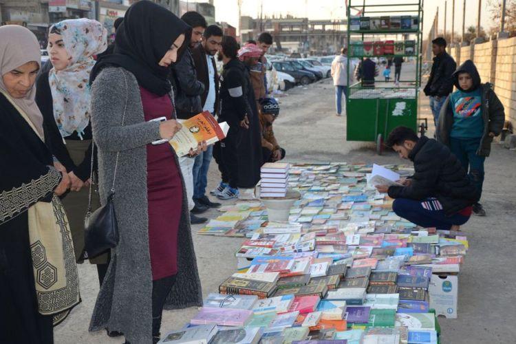 Iraquíes compran y venden libros en una acera en la antigua ciudad en conflicto de Mosul. LA PRENSA/ AFP / Ahmad MUWAFAQ