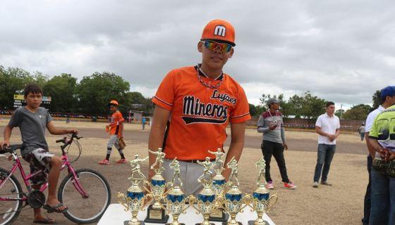 Jerald Bravo coleccionó siete trofeos por su actuación individual como lanzador e inicialista del equipo del Triángulo Minero, en el Campeonato Nacional de Beisbol Infantil AA que este viernes concluyó en San Isidro, Matagalpa. LA PRENSA/L.E. MARTÍNEZ M.