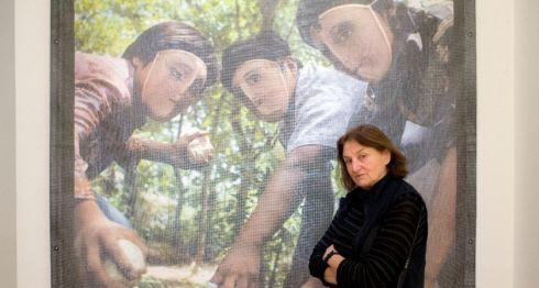 La fotógrafa documentalista Susan Meiselas posa frente a una de sus famosas gráficas de la insurrección en Nicaragua que se exhiben en el museo Jeu de Paume, en París.LA PRENSA/ AFP / ALAIN JOCARD