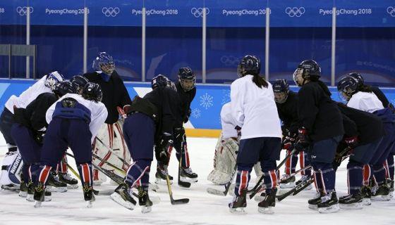 Un equipo conjunto de las dos Coreas de hockey femenino ha realizado partidos de exhibición previo a los Juegos Olímpicos de Invierno. LA PRENSA/EFE/EPA/SRDJAN SUKI