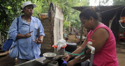 Las campañas de fumigación y abatización han disminuido enfermedades como dengue y chikungunya; sin embargo, prevalecen epidemias de origen parasitario. LA PRENSA/ARCHIVO