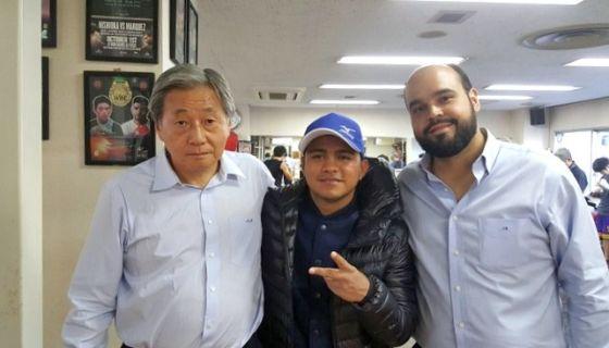 El promotor Akihido Honda, Román González y Carlos Blandón en la oficina del apoderado de Chocolatito. LA PRENSA/ARCHIVO