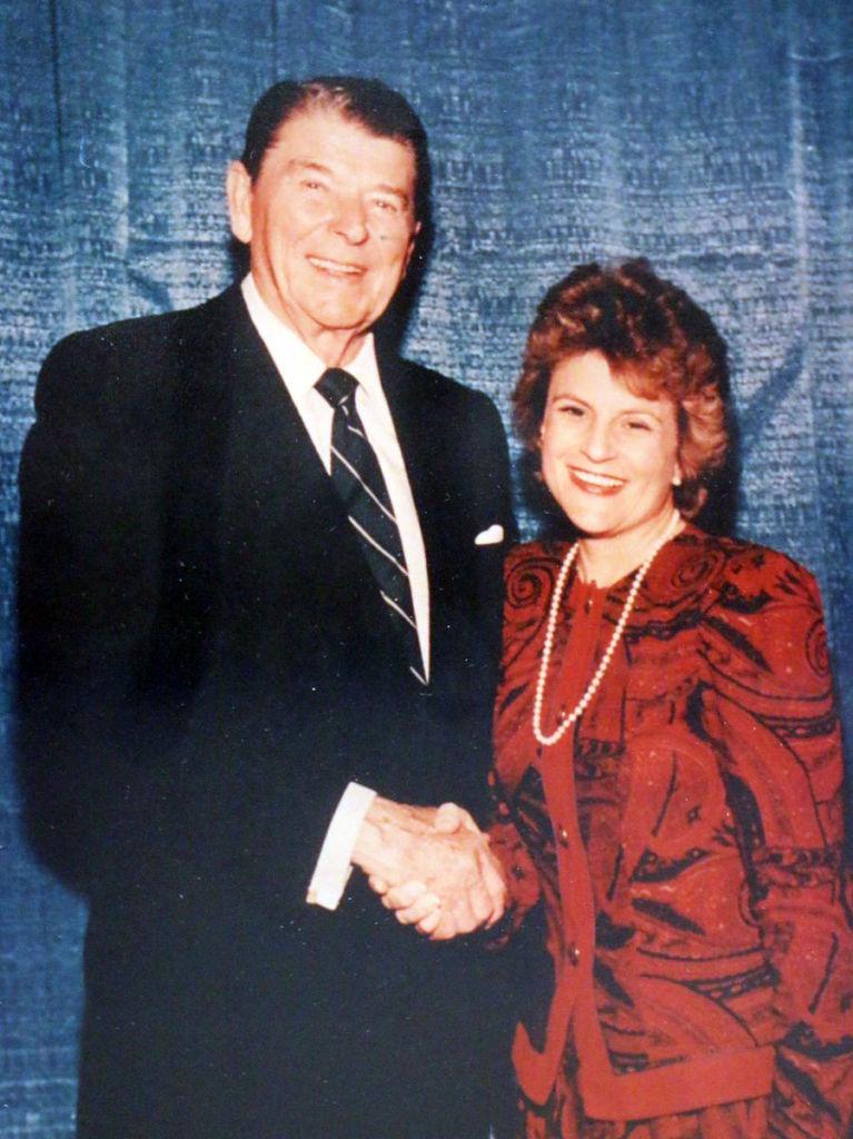 La congresista compartió esta foto junto al presidente Ronald Reagan (1981-1989) y escribió que fue una de las personas más calurosas y amables que conoció. LA PRENSA / Twitter de Ros-Lehtinen.