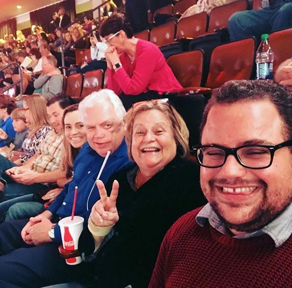 La familia Ros-Lehtinen en un concierto de Billy Joel. En el primer plano, su hijo transgénero Rodrigo. LA PRENSA / Instagram de Ros-Lehtinen