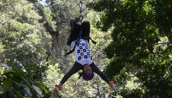 """Una de las acrobacias que podrá hacer mientras practica canopy es al estilo """"mono como se ve en la imagen. LA PRENSA/ ROBERTO FONSECA"""