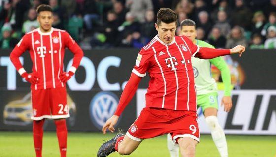 Robert Lewandowski marcó vía penalti el gol del triunfo del Bayern. LA PRENSA/EFE/EPA/FOCKE STRANGMANN