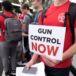Sobrevivientes de masacre en la Florida luchan por un mayor control en la venta de armas