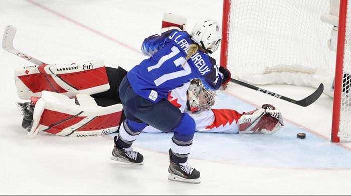 Jocelyne Lamoureux-Davidson superó a la portera Shannon Szabados y anotó en el triunfo de Estados Unidos sobre Canadá en el hockey sobre hielo femenino de los Juegos Olímpicos de Invierno de Pyeongchang 2018. LA PRENSA/EFE/EPA/SRDJAN SUKI