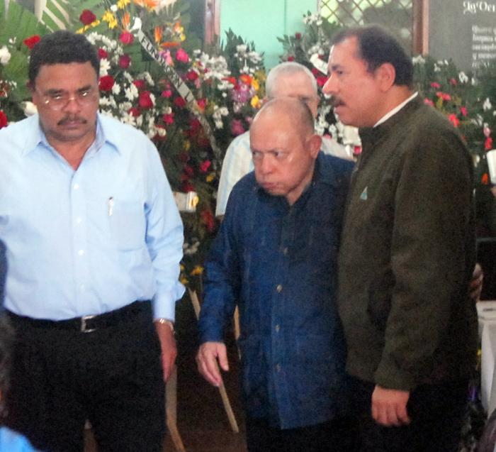 Chico López (i), acompaña a Tomás Borge (c) y Daniel Ortega (d) en la vela de un familiar de Borge. LA PRENSA / Archivo