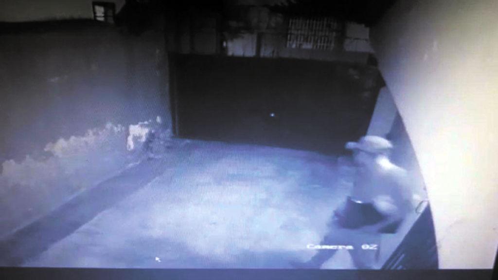 En el video captado por las cámaras de seguridad se ve cómo el ladrón huye con las laptops bajo el brazo. También se nota que cojea de una pierna. LA PRENSA/CORTESÍA