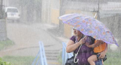 El agrometeorólogo Agustín Moreira, explica que puede haber huracanes en el Caribe del país. LA PRENSA/Archivo