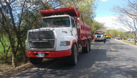 Una mujer fue atropellada por este camión y horas después falleció. LA PRENSA / CORTESÍA