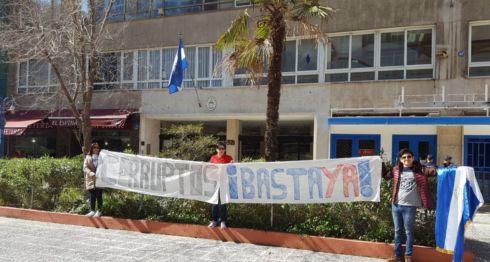 Nicaragüenses protestan frente a la embajada de Nicaragua en Madrid, España. Foto: Cortesía