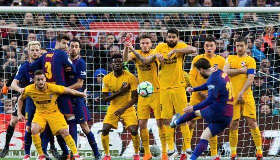 Lionel Messi anotó de tiro libre el gol con el que el Barcelona derrotó al Atlético de Madrid este domingo en la Liga española. LA PRENSA/EFE/Enric Fontcuberta