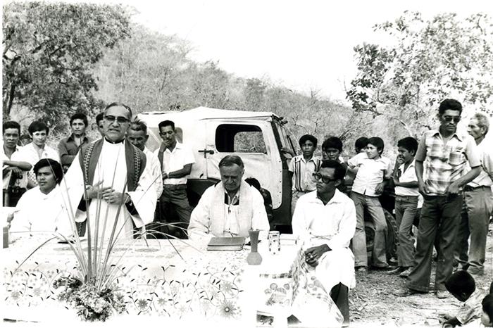 Monseñor Óscar Romero, arzobispo de El Salvador, celebrando una misa el 23 de marzo 1980. Un día antes de ser asesinado. LA PRENSA/ Archivo