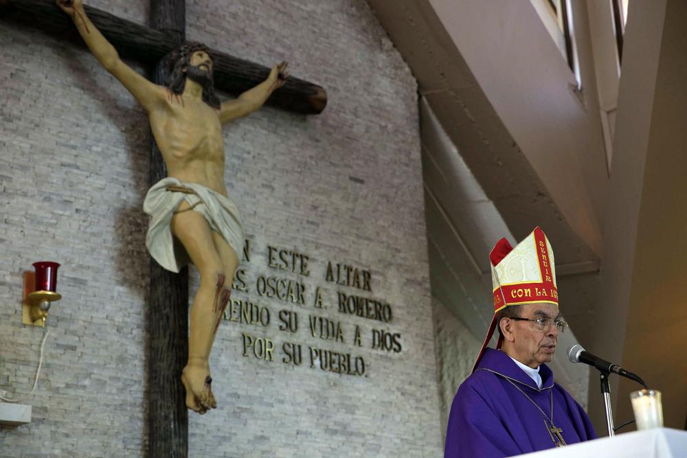 El cardenal Gregorio Rosa Chávez dando misa en el mismo altar donde asesinaron a su amigo monseñor Romero, en 1980. LA PRENSA / Agencias