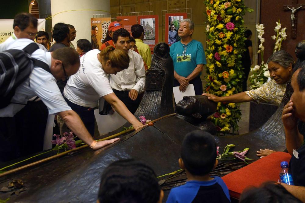 """Miles de feligreses acuden a la """"Parroquia de Abajo"""" de la Catedral Metropolitana de San Salvador para tocar la tumba de monseñor Romero. LA PRENSA / Agencias"""