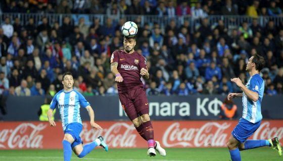 Luis Suárez remató de cabeza para anotar de uno de los dos goles con los que el Barcelona derrotó al Málaga en la jornada de ayer de la Liga española. LA PRENSA/EFE/Daniel Pérez