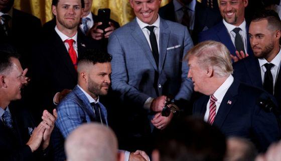 José Altuve mantuvo un semblante serio al estrechar la mano del presidente de los Estados Unidos, Donald Trump. LA PRENSA/EFE/Shawn Thew
