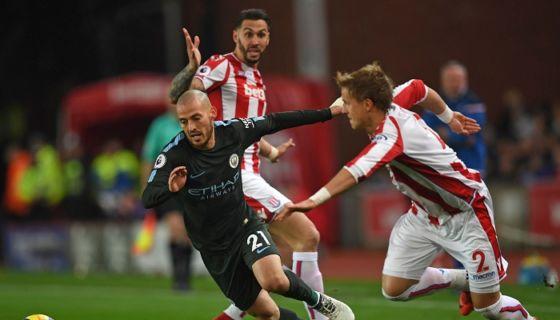 David Silva fue el autor de los dos goles del Mánchester City ante el Stoke City este lunes en la Premier League. LA PRENSA/AFP/Paul ELLIS