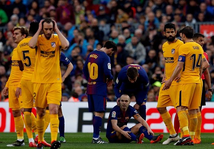 Andrés Iniesta sigue en duda para el partido de vuelta de los octavos de la Champions entre Barcelona y Chelsea. LA PRENSA/AP/Manu Fernandez