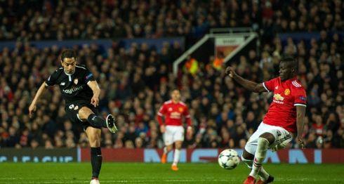 Wissam Ben Yedder (i) del Sevilla anota un gol este martes 13 de marzo de 2018, durante un partido por la ronda de octavos de final de la Liga de Campeones de la UEFA entre el Manchester United y el Sevilla FC, en el estadio Old Trafford de la ciudad de Mánchester. LA PRENSA/EFE/Peter Powell