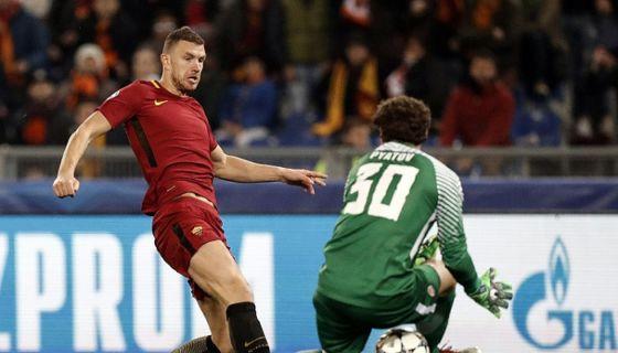 Edin Dzeko (i) el AS Roma anota ante el Shakhtar Donetsk este martes 13 de marzo de 2018, durante su partido de la Liga de Campeones de la UEFA en el estadio Olímpico en Roma (Italia). EFE/ RICCARDO ANTIMIANI