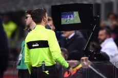 El videoarbitraje se utiliza desde 2016 en una veintena de ligas y torneos de futbol. LA PRENSA/AFP/MARCO BERTORELLO