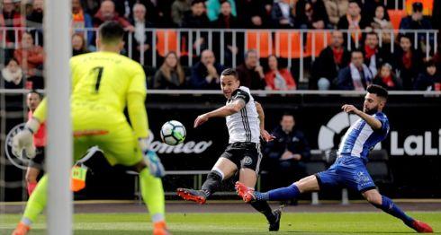 El delantero brasileño del Valencia, Rodrigo, dispara a puerta ante el defensa del Deportivo Alavés, Rubén Duarte, durante el partido de la Liga correspondiente a la jornada 29 disputado este sábado en el estadio de Mestalla. EFE/Manuel Bruque