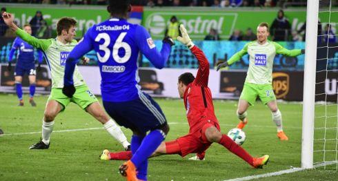 Robin Knoche (izquierda) anotó el autogol que le dio la victoria al Schalke 04 sobre el Wolfburgo. LA PRENSA/AFP/John MACDOUGALL