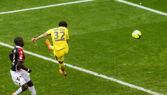 Dani Alves remató de cabeza para anotar el gol con el que el París Saint-Germain remontó ante Niza. LA PRENSA/AFP/Valery HACHE