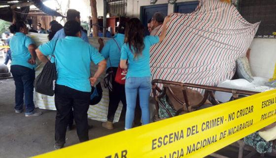 Autoridades y familiares con los cuerpos de los infantes fallecidos. LA PRENSA / Cortesía Cruz Roja