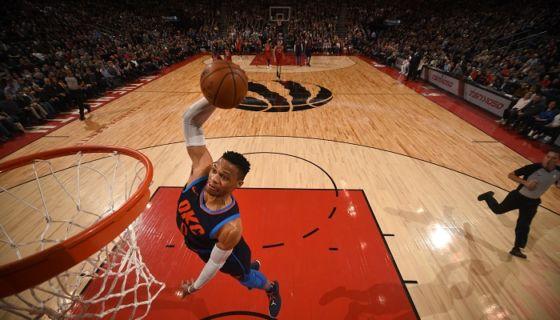 Russell Westbrook sumó su quinto triple-doble consecutivo, en la victoria del Thunder de Oklahoma City ante los Raptors de Toronto. LA PRENSA/Ron Turenne/NBAE via Getty Images/AFP
