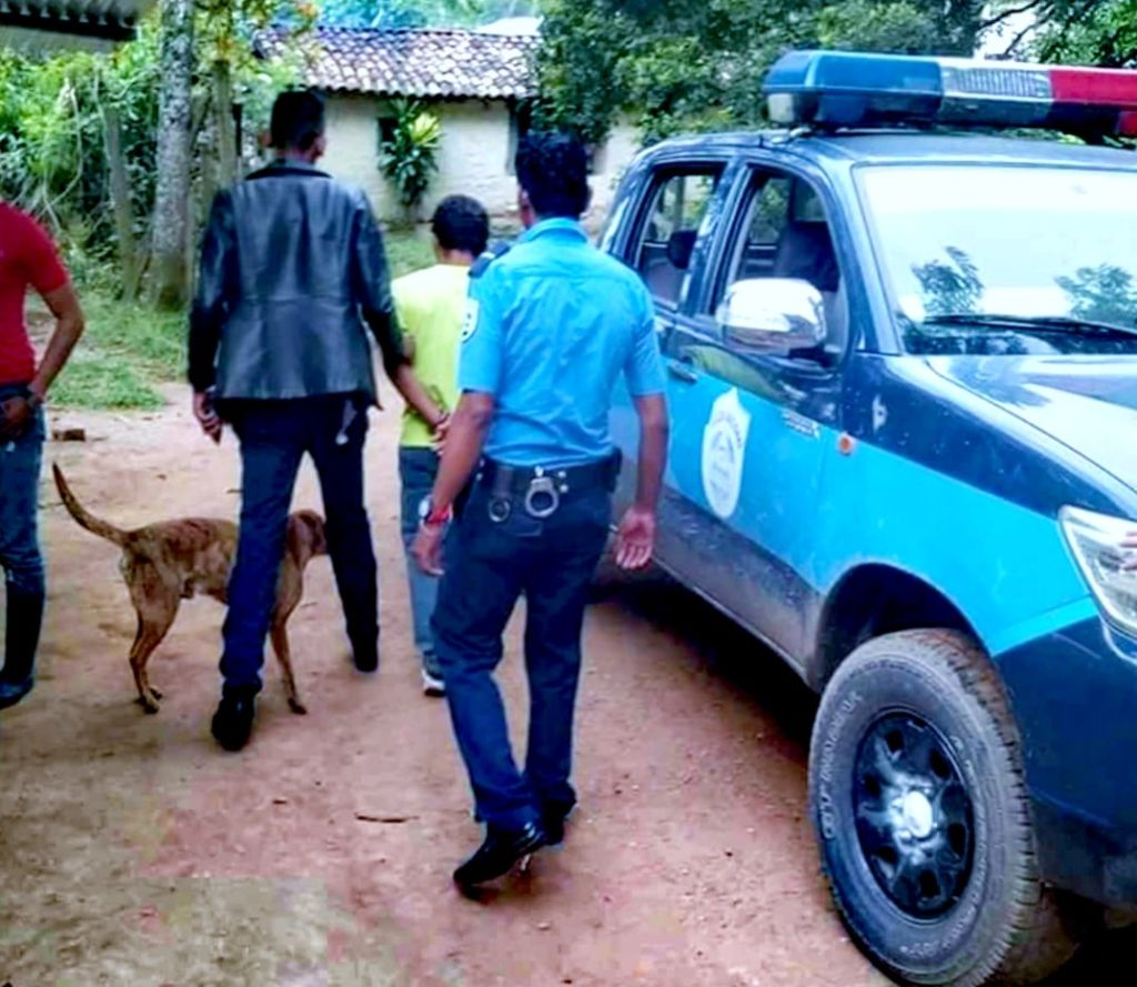 Milciades Hernández, al momento que era trasladado a la estación policial por el delito de estafa. LA PRENSA/Cortesía