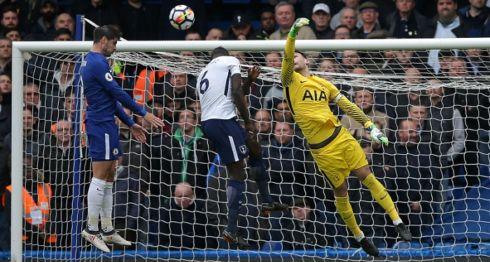 Álvaro Morata remató de cabeza para anotar el primero de los tres goles del Tottenham sobre el Chelsea, este domingo en la Premier League. LA PRENSA/AFP / Daniel LEAL-OLIVAS