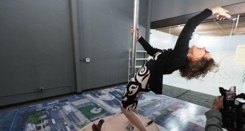 """La visitante Nina Crowe se toma una selfie """"en la azotea"""", simulando la posibilidad de estar en la parte superior del edificio más alto de Los Ángeles. LA PRENSA/ AFP / Robyn Beck"""