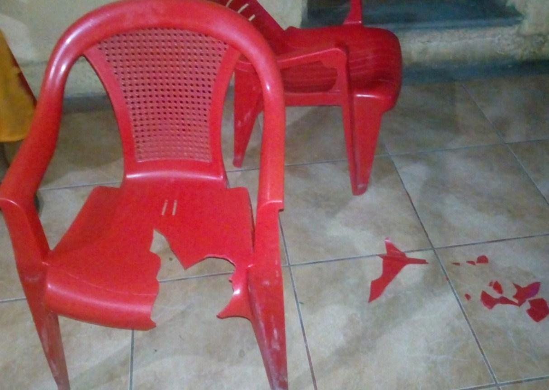 Así quedó la silla plástica con que fue agredido físicamente en su casa José Arturo Godoy Hernández, quien denunció como su agresor al exalcalde sandinista. LA PRENSA/ William Aragón