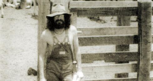 Roberto Rappaccioli en Diriamba en los años 70, luciendo su look más hippie. Él fue codueño de la discoteca la Tortuga Morada, un sitio icónico de ese movimiento cultural en Managua. LA PRENSA / Cortesía / Reproducción.
